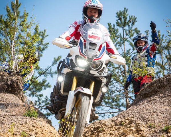 Teilnehmer auf Honda Africa Twin beim Endurotraining für Fortgeschrittene