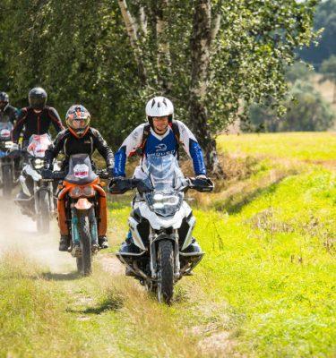 Verschiedene Reiseenduros bei einer Enduro Wander Tour